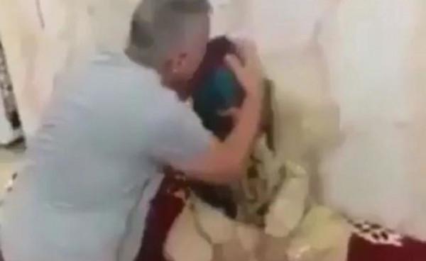 العراقي الذي طرد أمه حافية القدمين يظهر من جديد