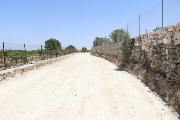 بلدية الخليل تبدأ بتهيئة عدة شوارع في منطقة الجلاجل المهددة بالمصادرة استعداداً لتعبيدها