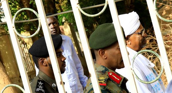 رموز نظام البشير يحتجون بالسجون بسبب ظروف معيشتهم