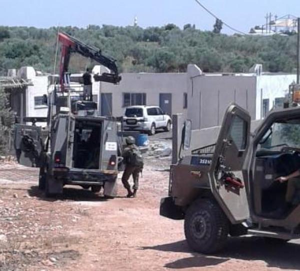 الاحتلال يستولي على جرار زراعي ومعدات بناء لمدرسة التحدي 17 شمال يعبد