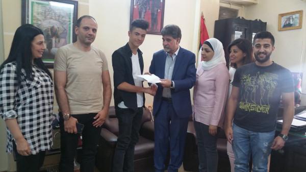 السفير عبد الهادي يكرم الطالب الفلسطيني أحمد كيالي من مخيم اليرموك