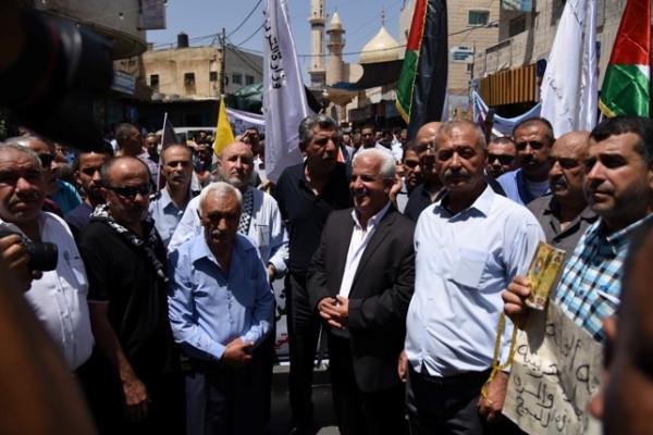 رئيس وموظفو بلدية دورا يشاركون بالمسيرة الاحتجاجية رفضاً لمؤتمر البحرين