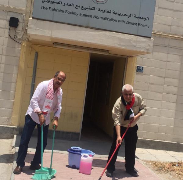بعد انتشار صورة لصحفي إسرائيلي بالمنامة.. بحرينيون يُنظفون المكان من بعده