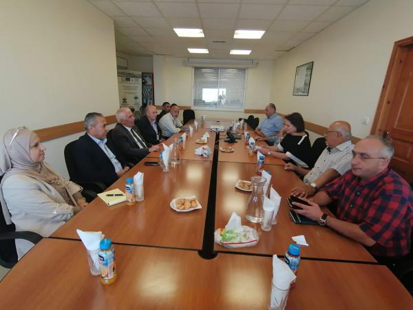 المحافظ حميد يبحث سبل التعاون لدى زيارته لمعهد الأبحاث التطبيقية_القدس