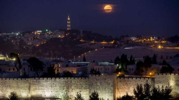"""أضواء وتلميحات """"تلمودية"""" استفزازية على سور القدس"""