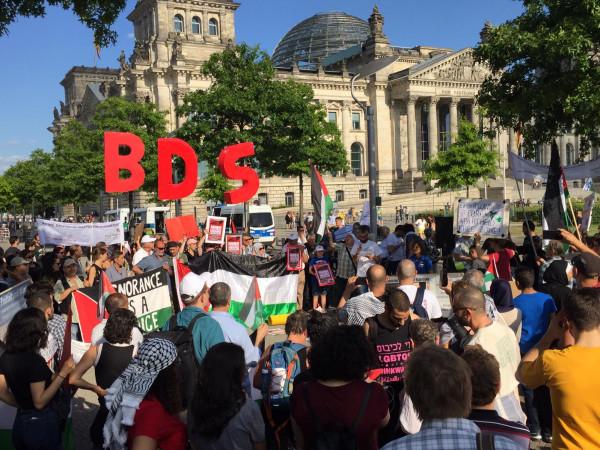 الجالية الفلسطينية في ألمانيا تتظاهر نصرة لحركة المقاطعة (BDS)