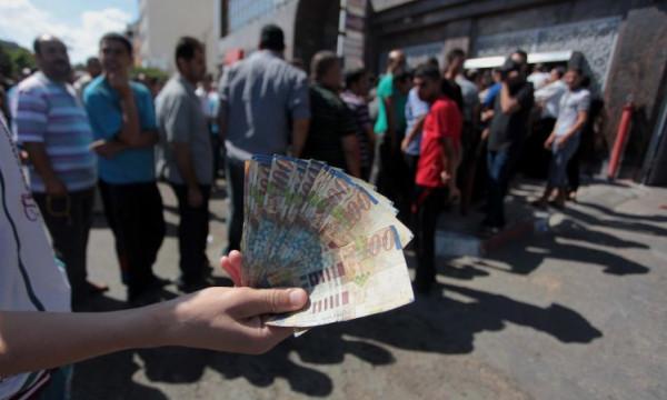مستشار حكومي سابق يُقدّم ورقة مالية لمجلس الوزراء حول رواتب موظفي السلطة