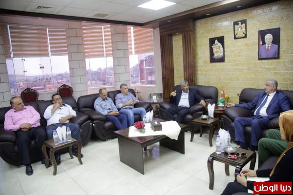 محافظ طولكرم عصام أبو بكر يستقبل رئيس هيئة مقاومة الجدار والاستيطان