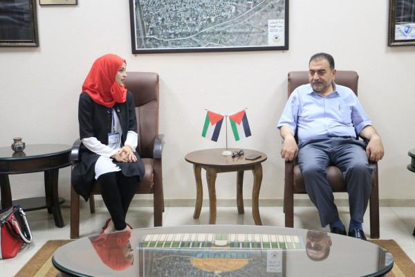 رئيس بلدية قلقيلية يلتقي شباب مبادرين من المعهد الوطني الديمقراطي