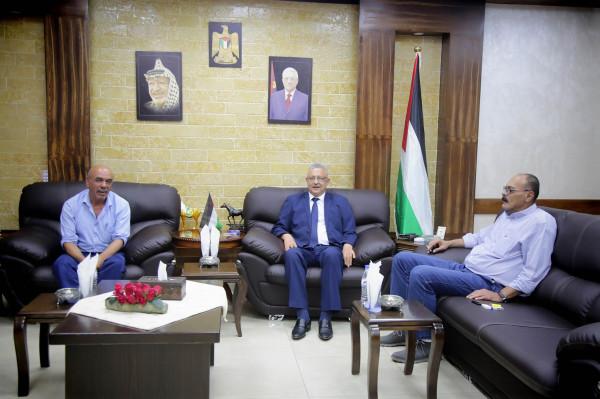 المحافظ أبو بكر يستقبل المدير الجديد لمديرية الأشغال العامة والإسكان