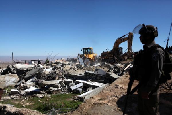 قوات الاحتلال تهدم منزلاً قيد الإنشاء لأسير محرر في بيت أمر