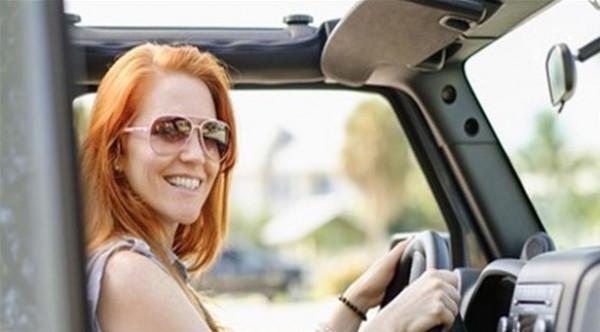 تعرف على خطورة قيادة السيارة دون نظارة شمسية