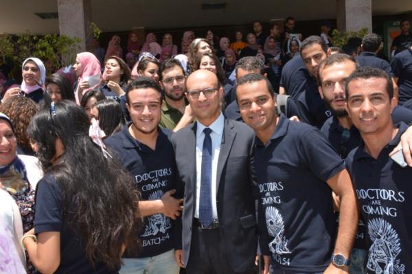 نائب رئيس جامعة أسيوط يشارك فى فعاليات اليوم الترفيهي لطلاب كلية الطب بالجامعة