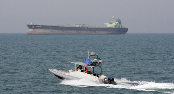 زوارق إيرانية حاولت احتجاز ناقلة نفط بريطانية بالخليج.. وأمريكا تُعلّق