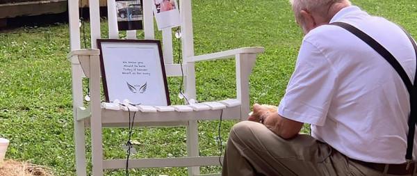 عجوز يشعل مواقع التواصل الاجتماعي بتصرف غير متوقع في زفاف حفيدته