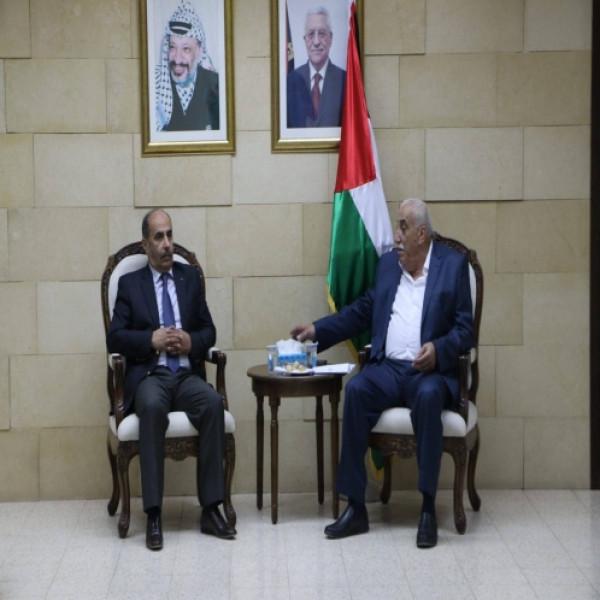 وزير الزراعة ينفذ جولة ميدانية في أريحا ويلتقي المحافظ والمزارعين