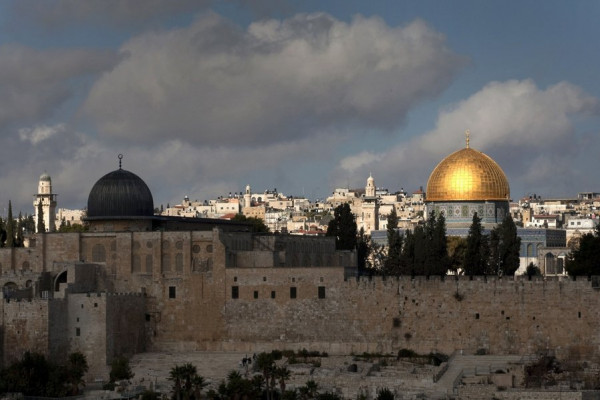 الاحتلال يُفرج عن أسير مقدسي ويبعده عن القدس