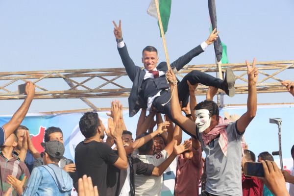 صور: عريس يقيم زفته بمخيم العودة شرق المنطقة الوسطى خلال مسيرات العودة