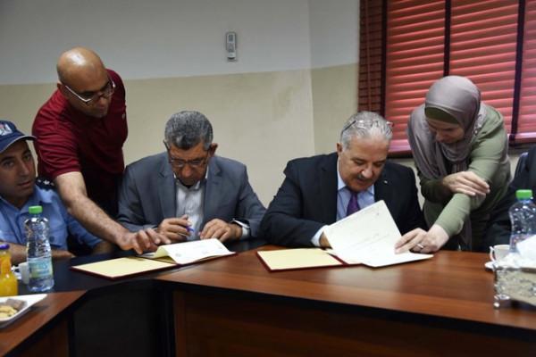 رئيس بلدية دورا يستقبل وزير النقل والمواصلات ويوقعان مذكرة تفاهم