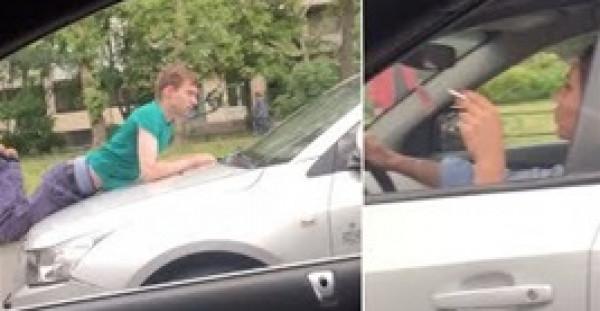 رجل مهووس بحب سيدة يركب فوق مقدمة سيارتها