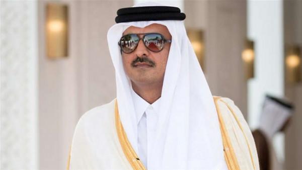 """شاهد: أمير قطر يجلس وحيداً في مقهى ويُشعل """"السوشيال ميديا"""""""
