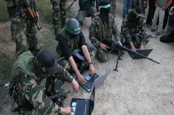 شاهد: حماس تجمع معلومات من جنود الجيش الإسرائيلي