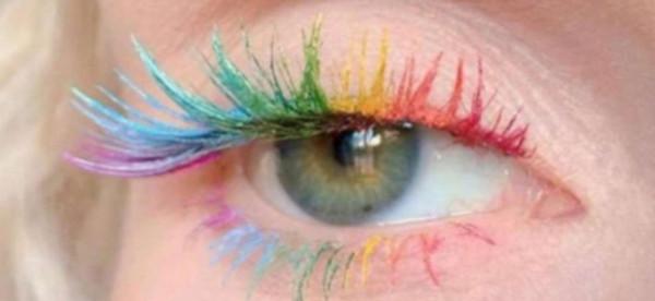 اعتمدي الماسكارا الملونة لعين واسعة