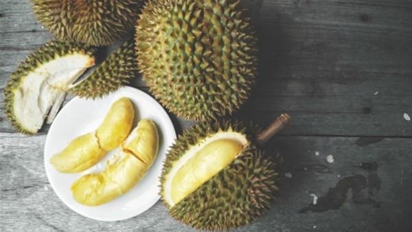 المئات يصطفون في ماليزيا للحصول على هذه الفاكهة اللذيذة