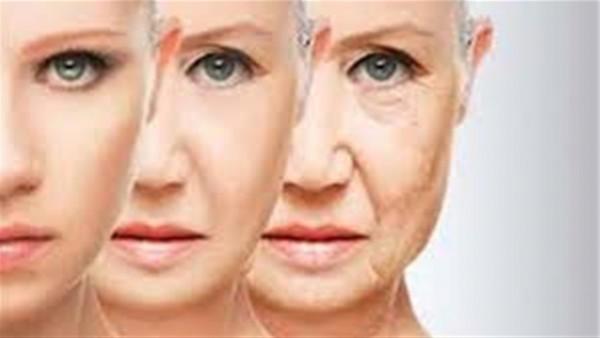 بعد تحدي العمر.. 10 عادات تمارسيها يوميا تسبب شيخوخة الجلد