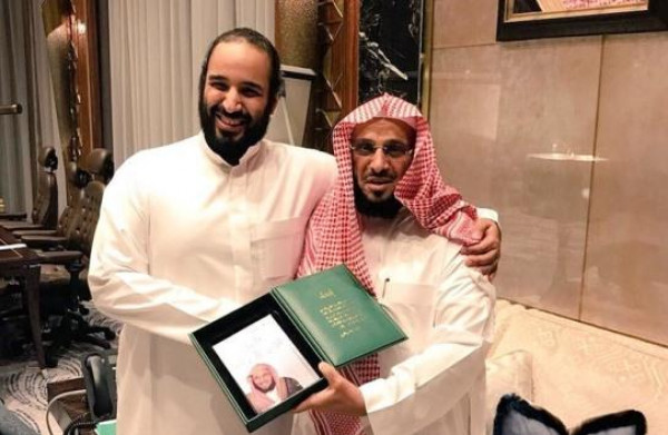 """تغريدة لـ""""عائض القرني"""" تثير الجدل.. ونشطاء يتحدونه بـ""""تركي آل الشيخ"""""""