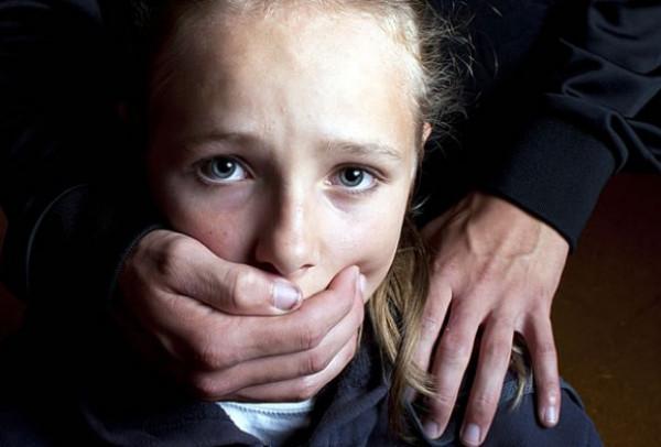 """شاهد: عامل """"ديليفري"""" يخطف طفلة من مصعد لاغتصابها"""