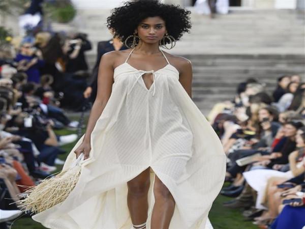 فستان حمالة الرقبة ينطق بأنوثتك هذا الصيف