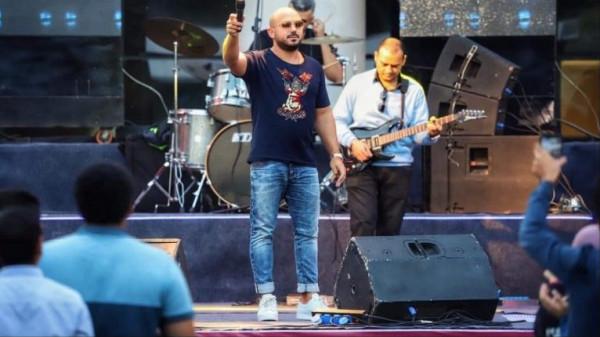 محمود العسيلي يحرج معجبًا بطريقة مُهينة خلال حفل فني
