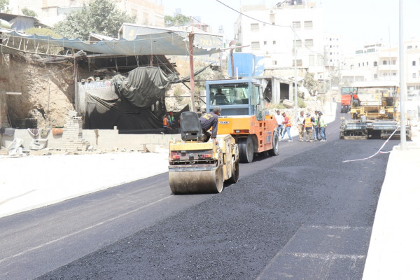بلدية الخليل تعيد تأهيل وتُعبِد المرحلة الأولى من شارع الشهيد مروان زلوم