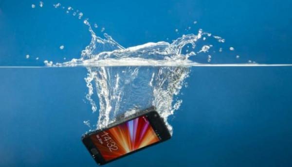10 أخطاء يجب تجنبها إذا وقع هاتفك في المياه
