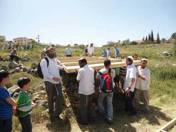 مستوطنون يدنسون مقامات إسلامية في كفل حارس بسلفيت