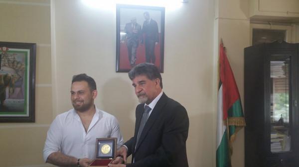 السفير عبد الهادي يكرم الفنان العربي السوري يحيى جسار