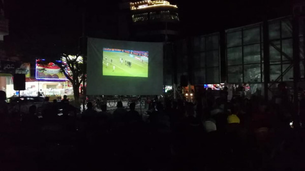 بتسع ساحات.. آلاف الغزيين يتابعون مباراة الجزائر بكأس أمم أفريقيا
