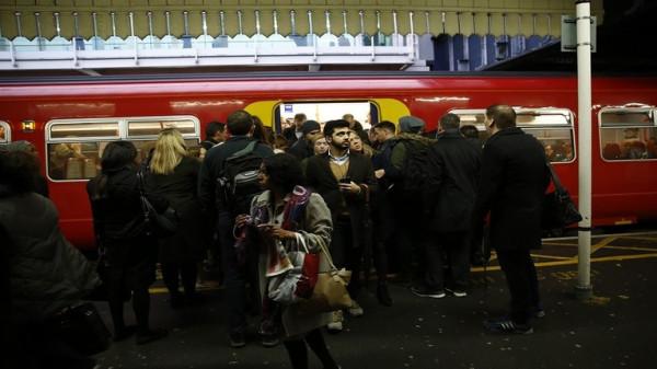 شرطة لندن تبحث عن شخصين بعد هجوم بالغاز داخل قطار بمترو الأنفاق