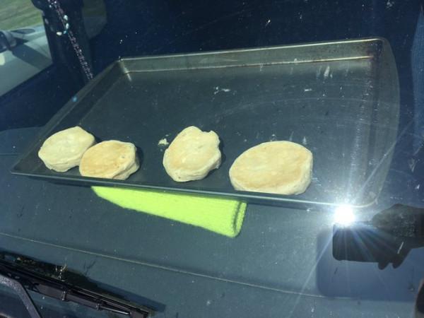 تجربة مثيرة لطهي البسكويت في سيارة على حرارة الشمس