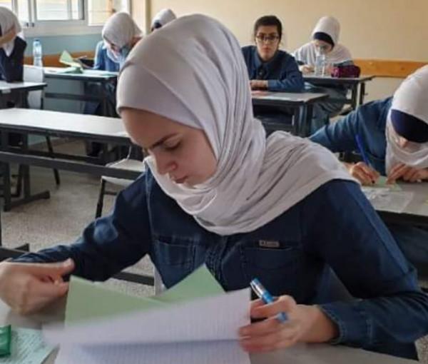 الحرباوي يُكرم طالبتين من الانجاز