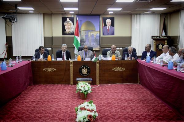 محافظ طولكرم ووزير الأشغال يجتمعان مع رؤساء البلديات والمجالس المحلية
