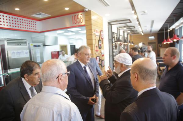 المحافظ أبو بكر يفتتح فرعي بيتزا هت وجالا جيلاتو في طولكرم