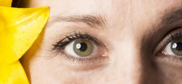 طريقة سهلة لإبراز العيون الملونة بظلال الجفون