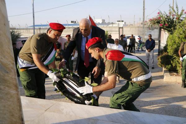 محافظ اريحا والأغوار يضع اكليل الرئيس على النصب التذكري لشهداء المحافظة
