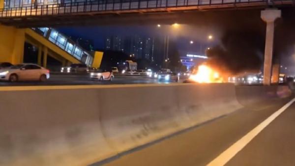 """شاهد: حريق في سيارة كهربائية طراز """"تسلا"""" يجدد الشكوك في سلامتها"""