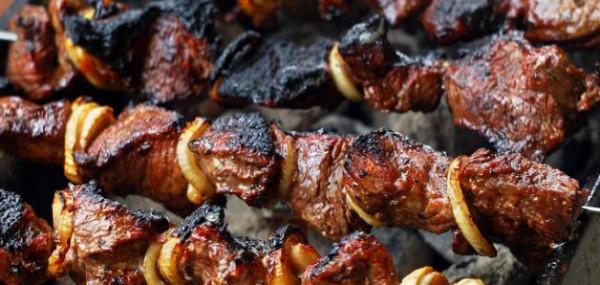 بخطوات بسيطة.. تجنب أضرار شواء اللحم علي الفحم