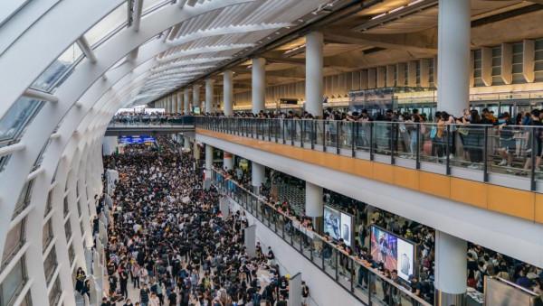 مواجهات في مطار هونغ كونغ وترامب يخشى وقوع ضحايا