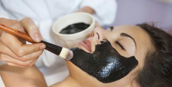 يعزز صحة عينيكِ ويخلصك من الصداع... فوائد مذهلة للعلاج بالطين