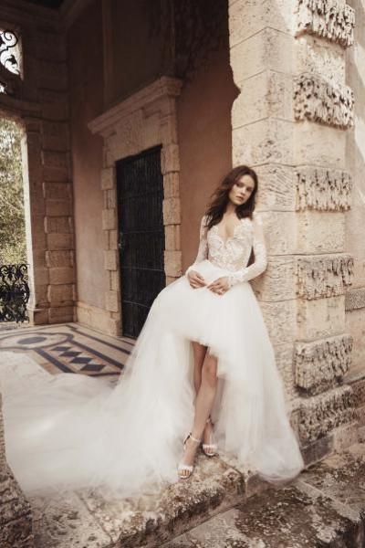 الكم الشفاف... موديلات تخطف البصر لزفاف عصري